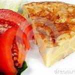 Tortilla de patatas con ensalada
